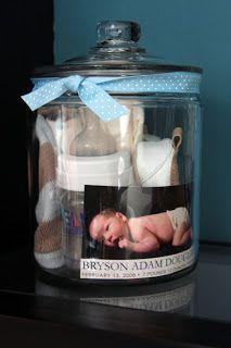 contenedor con cosas de bebe