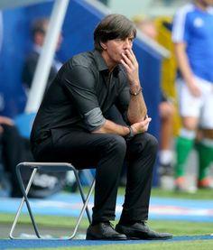Jogi Löw kann es einfach nicht lassen. Der Bundestrainer sorgte schon wieder für eine lustige Szene am Spielfeldrand.
