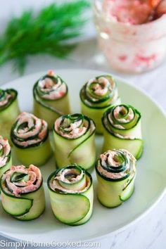 smoked salmon cucmber rolls (replace cream cheese w cottage cheese ? easy smoked salmon cucmber rolls - maybe adding a little horseradish? The best smoked salmon cucumber appetizers. Thinly sliced cucumber rolled up with smoked salmon cream cheese spread Cucumber Appetizers, Yummy Appetizers, Appetizer Recipes, Seafood Recipes, Cucumber Recipes, Party Appetizers, Smoked Salmon Appetizer, Recipes With Smoked Salmon, Vegtable Appetizers