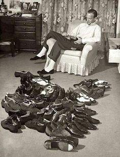 Fred Astair com sua coleção de sapatos.