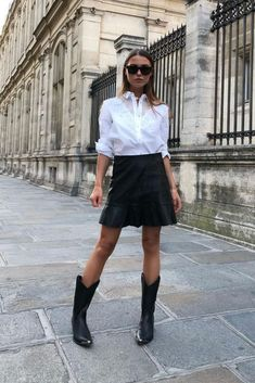 a monochromatic outfit with a white shirt, a black skirt and black cowboy boots to spruce up the look Casual Winter Outfits, Winter Boots Outfits, Fall Outfits, Fashion Outfits, Womens Fashion, Fashion Trends, Outfit Winter, Fashion Moda, Work Outfits