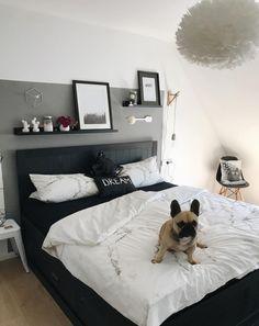 Schlafzimmer Wandgestaltung - graue Wand - schwarzes Bett - Schlafzimmerideen - Wohnkonfetti