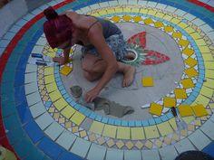 Besuchen Sie den Beitrag für mehr Info. Mosaic Stepping Stones, Stone Mosaic, Patio Tiles, Mosaic Madness, Mosaic Wall, Mosaic Artwork, Kintsugi, Pool Designs, Yard Art