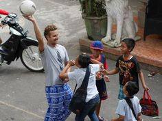 Our volunteer Gonzalo teasing his students ;)