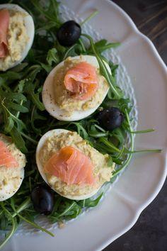 Uova ripiene con crema di carciofi e salmone