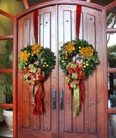 décoration Noël pour la porte d'entrée avec couronne de branches de sapin et fleurs décoratives