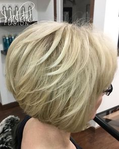 hellblonde haare Blonde Feathered Bob For Thin Hair Hair Styles For Women Over 50, Haircut Styles For Women, Short Haircut Styles, Short Hair Cuts For Women, Over 60 Hairstyles, Layered Bob Hairstyles, Haircuts For Fine Hair, Cool Hairstyles, Pixie Haircuts