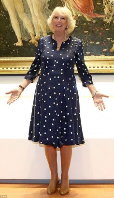 Camilla poses for a photo in front of of Primavera, a painting by Italian Renaissance artist Sandro Botticelli during a visit to the Vasari Corridor in Florence, Italy Over 50 Womens Fashion, Fashion Tips For Women, Fashion Over 50, Camilla Duchess Of Cornwall, Royal Clothing, Camilla Parker Bowles, Elisabeth Ii, Lady In Waiting, Royal Dresses