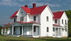 Best White House Roof Colors Rural Wooden White House With A 400 x 300