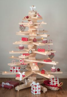 deco for christmas wood fir-tree-boards gifts christmas-tree decorations How To Make Christmas Tree, Cute Christmas Tree, Alternative Christmas Tree, Green Christmas, Rustic Christmas, Christmas Tree Ornaments, Christmas Crafts, Family Christmas, Christmas Holidays