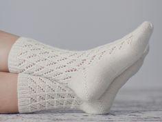 Spetsstrumpor i Novita Nalle Crochet Socks, Knitting Socks, Knit Crochet, Knit Socks, Knitting For Beginners, One Color, Mittens, Slippers, Fabric