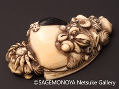 Ivory Netsuke of Crab and Shell Cluster. 根付 蟹貝尽くし 象牙刻