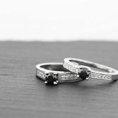 Bagues de fiançailles montées de diamants noirs.   Engagements rings with black diamonds