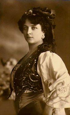 ❤ - gypsy by Ericdress fashion Gypsy Life, Gypsy Soul, Gypsy Eyes, Vintage Gypsy, Vintage Beauty, Vintage Photographs, Vintage Photos, Gypsy People, Gypsy Women