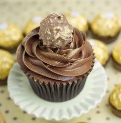 Me Encanta el Chocolate: RECETA: CUPCAKES DE CHOCOLATE FERRERO ROCHER!!  http://www.meencantaelchocolate.com/2014/08/receta-cupcakes-de-chocolate-ferrero.html