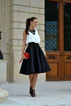 Falda negra bolso rojo