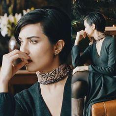 V-neck dress or top, with black tights, scarf choker & blue boots. (Çesur ve Güzël, Sühan - Tuba Büyüküstün)