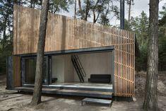 Les architectes de chez FAM Architekti et Feilden+Mawson ont construit cette année une cabane au bord d'un lac situé en République Tchèque. Les fenêtres permettent une vue panoramique sur le lac, que l'on peut contempler depuis le coin cheminée. A découvrir à travers des photos de Tomas Balej. // Fubiz