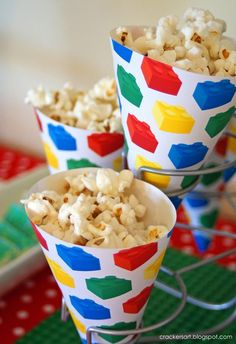 Popcorn treats in lego paper! Could do this for any party and change the wrapping to your theme. Could also fill with French Fries/Fish for party food. Lego Themed Party, Lego Birthday Party, 6th Birthday Parties, Birthday Ideas, Carnival Birthday, Bolo Lego, Lego Cake, Ninjago Party, Heart Party