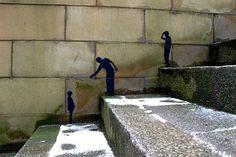 담벼락에 새겨진 작은 그림자..  계단 위 친구가 조용히 팔을 뻗습니다..  올라오렴..  같이 가는 세상을 만들자꾸나! 오스카 와일드의 행복한 왕자도 떠오르고..  바람은 차고 춥지만, 마음이 따뜻해집니다.. (from Street Art Utopia)