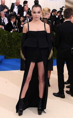 <p>This unorthodox red carpet Vera Wang look is wickedly cool.</p>