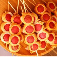"""9,387 Beğenme, 281 Yorum - Instagram'da Ayşegül Usluer (@hamurger): """"Yufkalı sosis tarifi; Bir ader yufkayı yarım ay şeklinde katlayın. Düz kısmına bitişik şekilde…"""" Moana Party, Snack Bar, Kids Meals, Catering, Waffles, Buffet, Food And Drink, Lunch, Snacks"""