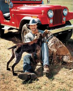 German Shorthaired Pointer Tim McGraw with his GSPs, he's a great singer and a smart man. lol - I just love this picture. This is Tim McGraw's famous red Jeep, and his not-so-famous dogs. Country Music Artists, Country Music Stars, Country Musicians, Country Singers, Tim And Faith, Timmy Time, Tim Mcgraw Faith Hill, Pointer Puppies, Gsp Puppies