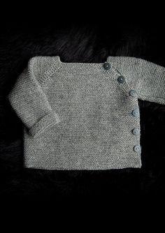 Hvem kan stå for denne fine lille trøje strikket i Mayflower Easy Care. Den er så nem og fin og
