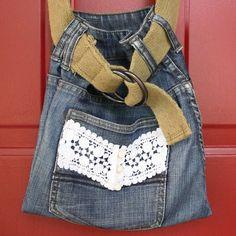 Bolsa em forma de saco feita a partir de uma calça jeans, a alça é um cinto de tecido.