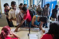 Die ersten Flüchtlinge ziehen in die Nebenhallen der Hanns-Martin-Schleyer-Halle ein. Bis zu 500 Menschen sollen bis zum in der Notunterkunft leben. Foto: dpa