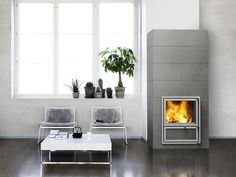 Kalla heat-retaining fireplace with a wide fireplace door, which can be placed on both sides of the fireplace. The horizontal full-sized and full-bodied tiles are of high-quality. Read more at www.tulikivi.fi