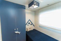 Mobil Home de alquiler, con vistas al mar, en el camping situado en la Costa Dorada. Navy, Storage, Sea, Furniture, Home Decor, Ocean Views, Ocean Waves, Single Beds, Rv Camping