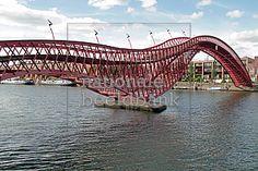 Volgens mij staat op de planning van het Jaarbeursplein dat er water in de buurt komt te liggen. Zo zou het bijvoorbeeld mooi zijn om een loopbrug te maken over dit water, en dan een aparte architectuur te gebruiken. Zoals op de foto hierboven te zien is, word hier een rare vorm gebruikt. De brug word ook wel python genoemd. (Joris)
