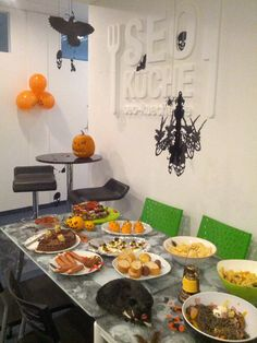 Zombie Catwalk, leckeres Halloween Buffet und Gruseldeko: das war Halloween in der SEO Küche Halloween Buffet, Table Settings, Place Settings, Tablescapes