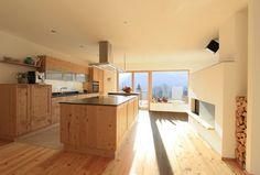 Moderne Holzküche: Große Wohnküche mit Kochinsel in Fichte Altholz. Geplant und gefertigt von Tischlerei Laserer.