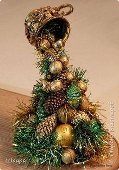 Так понравились парящие чашки, что решила придумать что-то такое на Новый Год.   Вот  фантазия и воплотилась в такую гору елочных игрушек, шишек и орехов для новогодней елочки... фото 1