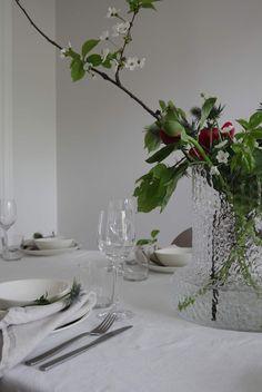 Slik dekker du et vakkert til familie og venner Glass Vase, Table Decorations, Home Decor, Decoration Home, Room Decor, Home Interior Design, Dinner Table Decorations, Home Decoration, Interior Design