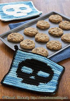 Skull Holders, hmm, maybe made into washcloths? Crochet Fall, Halloween Crochet, Crochet Cross, Crochet Home, Crochet Gifts, Diy Crochet, Holiday Crochet, Crochet Squares, Crochet Granny