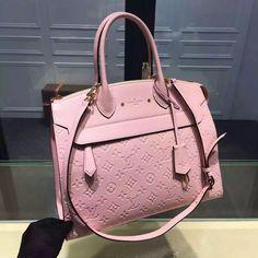 Louis Vuitton Neverfull MM Mon Monogram Blanc/Noir Vuitton celebrates the Neverfull with a new version of this iconic bag. Louis Vuitton Handbags 2017, Louis Vuitton Neverfull Mm, Pink Louis Vuitton Bag, Handbags Online, Purses And Handbags, Prada Handbags, Designer Bags For Less, Pink Tote Bags, Pink 2016