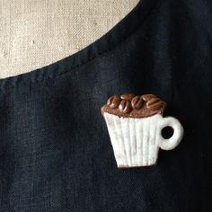 ハンドメイドマーケット+minne(ミンネ)|+予約受付中 ブローチ+コーヒー豆と白マグ