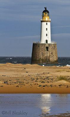 Rattray Head Lighthouse · north of Peterhead and southeast of Fraserburgh · Scotland (Pos.: 57°36.615'N   1°49.006'W); built 1895 by David Alan stevenson; White tower (lower part granite, upper part brick) 34 metros high; Range 24 nm