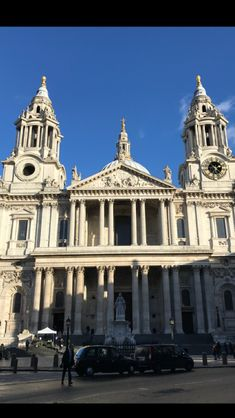 Front view of the St. Paul's Cathedral, London