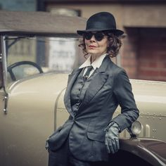 Peaky Blinders star Helen McCrory has shared her belief that her character Polly Gray has secret powers. Costume Peaky Blinders, Traje Peaky Blinders, Peaky Blinders Fancy Dress, Peaky Blinders Season 5, Peaky Blinders Series, Aunt Polly Peaky Blinders, Peaky Blinders Characters, Peaky Blinders Wallpaper, Androgynous