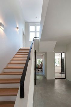 eingangsbereich haus innen Searching for a little motivation prior to building a railing for the steps away from your home? This list of 13 outside stair barrier concepts wer Interior Stairs, Interior Architecture, Outdoor Stair Railing, Stair Lighting, Villa, House Stairs, Staircase Design, Railing Design, Home Deco