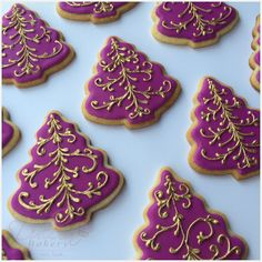 Traducir a Español In this tutorial you'll learn how to decorate christmas tree cookies using the filigree technique with royal icing. I know this technique can bedifficult to use at first, …