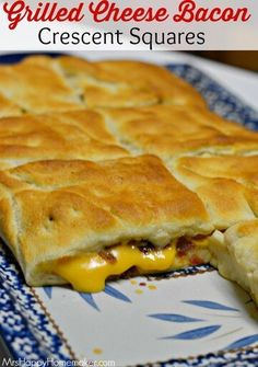 My Grilled Cheese Bacon Crescent Squares are insanely delicious. Only needs 3 ingredients! This is a blockbuster of a recipe! Guaranteed to be an instant favorite! Crescent Dough Sheet Recipes, Pillsbury Crescent Recipes, Crescent Roll Recipes, Crescent Rolls, Pillsbury Rolls, Bacon Breakfast, Breakfast Recipes, Breakfast Ring, Brunch Recipes