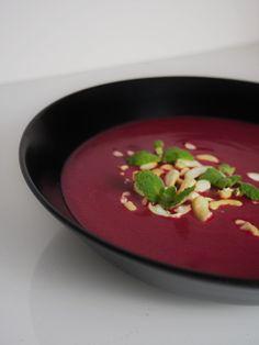 Ekspresowa zupa krem z buraka z mlekiem kokosowym, imbirem, pastą curry i kolendrą jest idealna na jesienne chłody. Rozgrzewa smakiem i kolorem!