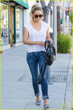 Boyfriend jeans, perfect white tee and flats. I love tucking in a baggy shirt for a cute casual outfit. Style Désinvolte Chic, Style Casual, Cute Casual Outfits, Her Style, Casual Chic, Casual Looks, Spring Summer Fashion, Spring Outfits, Lauren Conrad Style