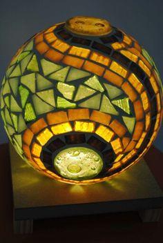 Fanales Mosaic Garden Art, Mosaic Art, Mosaic Glass, Stained Glass, Glass Art, Vitromosaico Ideas, Mosaic Bowling Ball, Mosaic Bottles, Zen Pictures