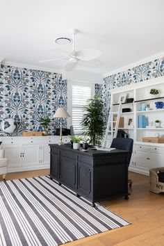 Blue patterned wallpaper in Hamptons-inspired home office space of interior designer. Blue Home Offices, Home Office Space, Home Office Design, Home Office Decor, House Design, Home Decor, Hamptons Style Homes, Hamptons House, The Hamptons